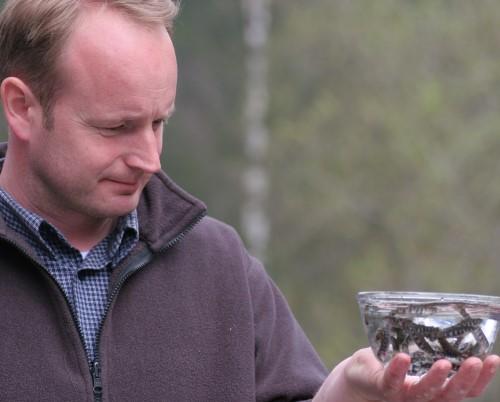Markus Payr beim Fischbetrachten